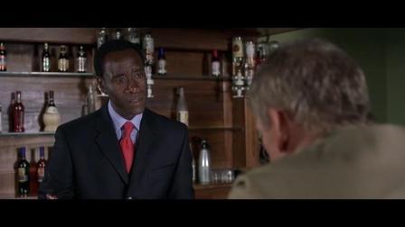 《卢旺达饭店》维和来到饭店营救,但是却抛弃了这些黑人