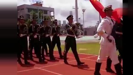 中国军人下飞机, 外国军人主动让路, 太霸气了!