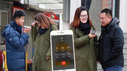00姑娘街头测试找路人假扮男朋友给妈妈打电话 男士们都紧张得结巴