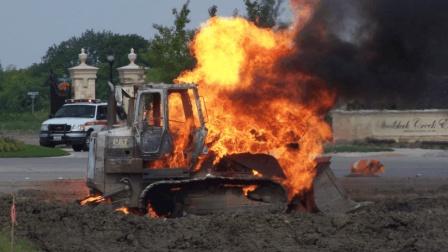 挖掘机师傅施工前一定注意这些, 不然自己送命还很可能炸毁房屋!