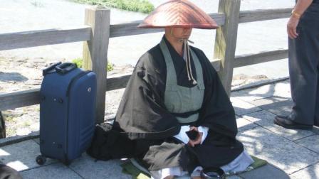 日本乞丐要饭方式: 网上聊天, 网友: 怪不得街头没有呢!