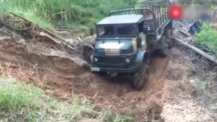 奔驰货车的悬挂方式有多先进? 翻越山坡那一刻就知道了!