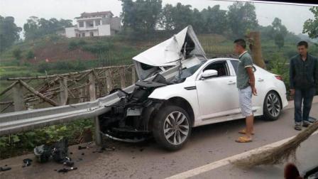 刚买的起亚K5, 回家途中成功完成首次报废, 网友: 你不适合开车!