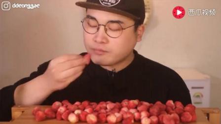 韩国吃播豪放派大胃王donkey弟弟吃超多香脆鲜甜的草莓干, 喝汽水