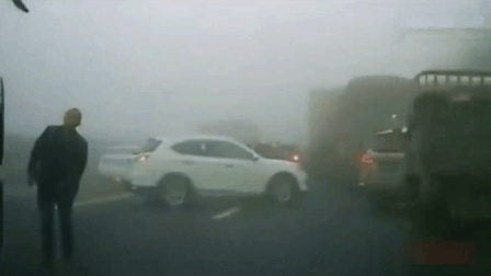 高速突现大雾发生追尾, 视频车的神反应, 这技术杠杠的