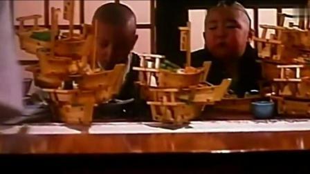 两个小和尚吃了几船的寿司, 不付帐就跑到街头玩起胸口碎大石!