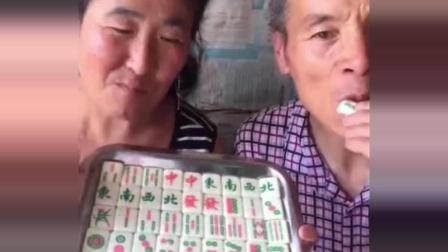 这对老夫妻不去打麻将, 在家吃起麻将了