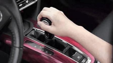 开自动挡的车, 等红灯时到底是先拉手刹还是先挂P档? 别搞错了