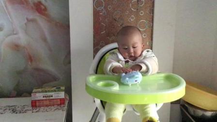 宝宝坐在儿童餐椅上, 自己玩得多有趣, 太萌了