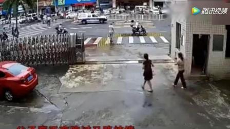 两位中年妇女正在聊天, 亲眼目睹让她害怕的一幕, 被监控拍下