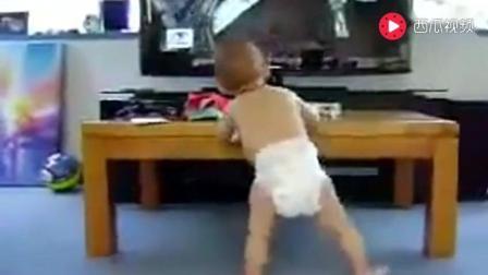 小宝宝看着电视竟跳起舞来, 宝宝你吓到我了