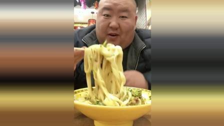 东北胖哥吃面条, 这么大碗秃噜的真是厉害了!