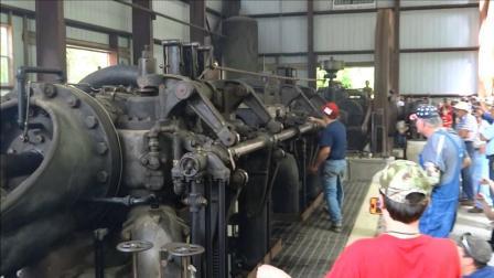 老外启动1917年140吨双缸发动机声音超震撼, 从没听过类似的机械声!