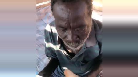 非洲黑人第一次吃中国人救济的面包, 眼里满含泪水!