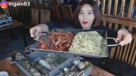 韩国吃播: 美女吃海鲜大咖、辣炒鱿鱼意大利面, 这次奢侈了