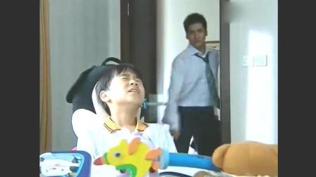 小男孩被打, 没想到后妈帮小男孩顶了一棍子, 弄得头破血流