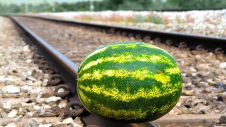 老外不知死活把西瓜放铁轨上让火车碾压, 网友: 火车翻了算谁的?