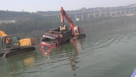 四川广元: 苍溪县老桥货车发生侧翻事故 消防奋力解救 驾驶员遇难