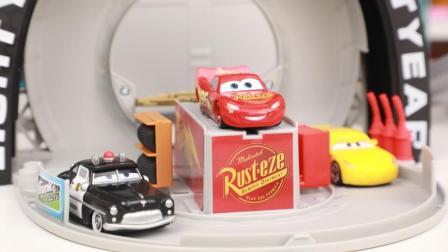 赛车总动员 闪电麦昆活塞杯便携轨道箱玩具开箱