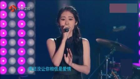 张碧晨在美国就靠这首歌征服全场老外, 这才是歌手该有的样子