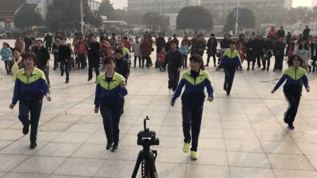 这支《妹妹不哭》鬼步舞广场舞跳的太好了 围观100多人 真壮观!