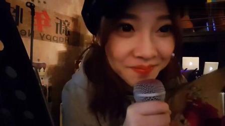 冯提莫好友聚会现场唱《不醉不会》, 这是在KTV吗?