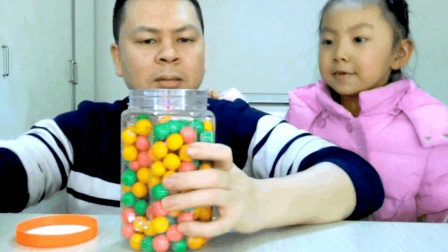"""父女试吃""""西瓜泡泡糖"""",童年最火的小零食,现在还有人记得吗?"""