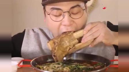 韩国大胃王吃超大排骨,使劲往嘴里塞,真享受!
