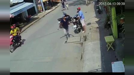 越南街头, 男子骑摩托车做恶心事, 监控刚好拍下!