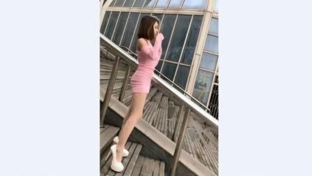 街拍美女穿着粉色包臀裙搭配肉色网袜迷倒众生