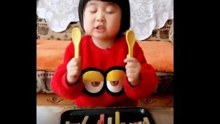 美食小吃货;小女孩吃勺子饼干, 有点硬但很好吃