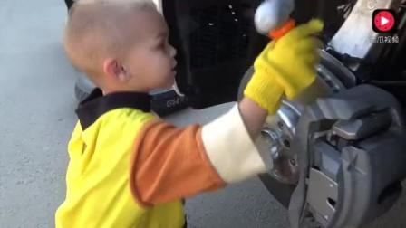 小帅哥一呼百应 给妈妈故障汽车换轮胎