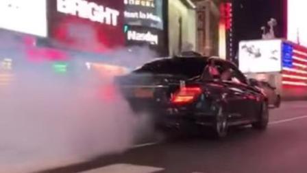 纽约时代广场 飙车族驾驶奔驰冲撞警察后逃逸