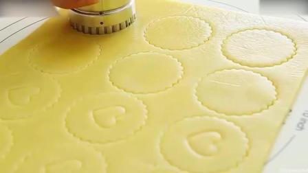 西点烘焙教程萌萌哒草莓酱夹心饼干3巧克力慕斯蛋糕制作方法