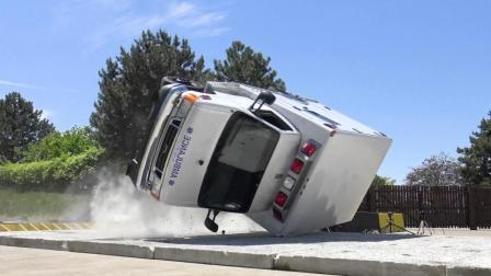 看救护车开到120km/h突然翻车的反应, 以后叫救护车就能坐的安心了!