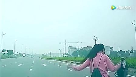 奔驰猛踩刹车摁10次喇叭, 电动车美女装傻充愣, 5秒后开始后悔