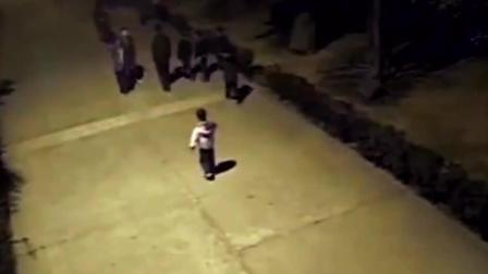 深夜村口监控拍下的一幕, 别看他个子小年纪小, 但身手不凡!