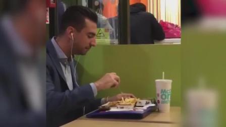 吃鸡不用手? 西装男子快餐店使用刀叉吃鸡块