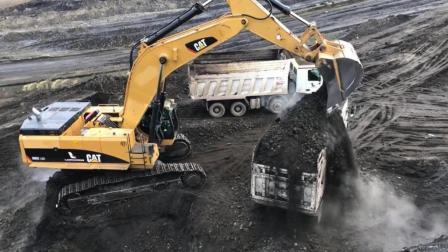 卡特大型挖掘机在露天煤场作业, 1分多钟装满卡车