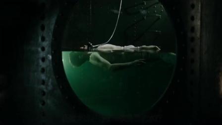 一部看后头皮乍麻的电影, 邪恶医生把鳗鱼放入人体炼油, 不忍直视