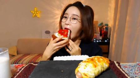 韩国萌妹子吃货, 吃草莓蛋糕, 香肠面包, 配上一大杯牛奶, 吃的真香啊