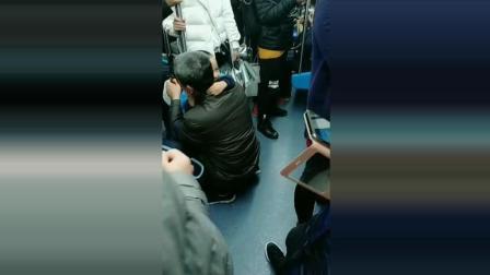 老人带小宝宝乘地铁, 路人拍下了这一幕, 看完什么滋味自己体会