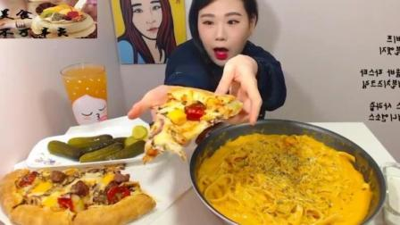 全新奶酪烧烤牛肉芝士奶油意大利面通心粉+大披萨, 这女人的嘴也太大了吧?