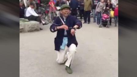 这农民大哥跳的鞭子舞, 太好看了, 好听久违的音乐, 轻快灵活的步伐, 太美了