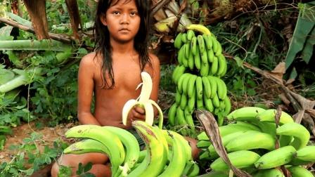 砍断香蕉树获取食物充饥, 这是一位孩童的生存之道