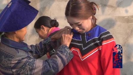 彝人视角彝族女孩出嫁时全村人都为她梳妆打扮穿戴嫁妆是如此的热闹
