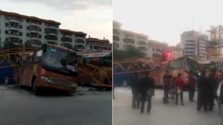 广西: 百米高塔吊突然倒塌 四车受损中巴遭腰斩