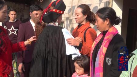 彝族女儿出嫁了全村人落泪逐个拥抱告别这种场面让人很难受