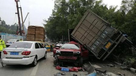 广西: 厢货连续冲撞等红灯车辆 连撞5车侧翻后停下