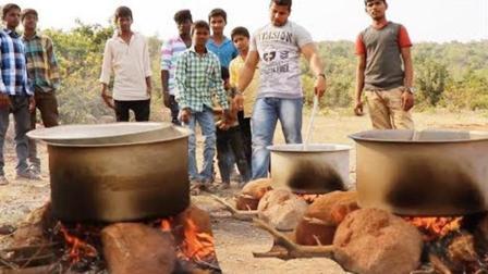 印度土豪闲着无聊, 每天在野外生火做饭给流浪人吃, 人称大善人
